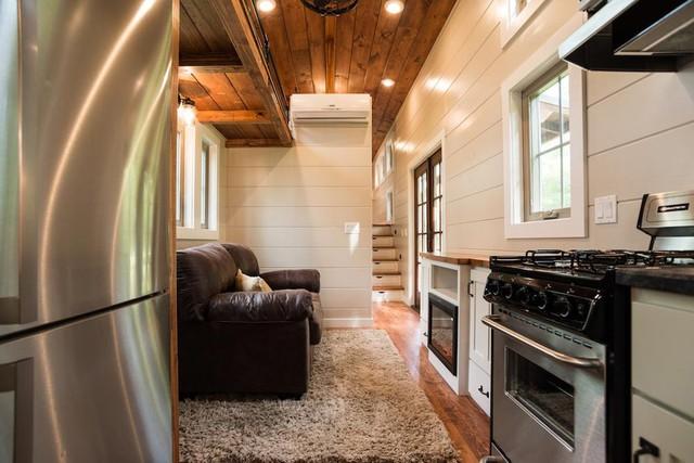 Chiếc thảm trải sàn êm ái là vật duy nhất giúp phân chia hai khu vực chức năng phòng khách và bếp nấu.