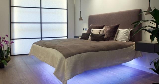 Với đèn led màu đặt phía dưới gầm giường, nét đặc trưng của một một chiếc giường nổi được nhấn mạnh và khiến phòng ngủ trở nên lạ lẫm hơn và lãng mạn hơn.