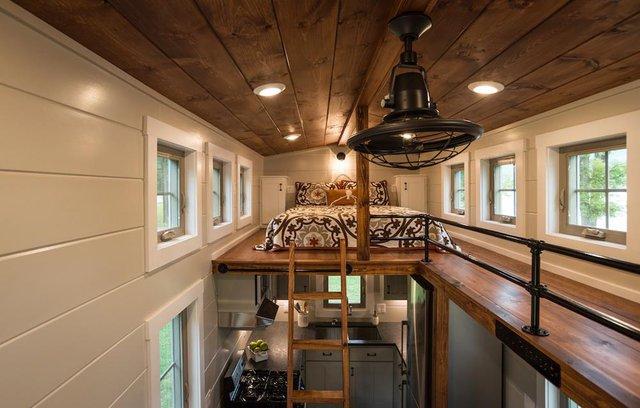 Khu vực gác xép bên trên được bố trí khá đẹp với không gia nghỉ ngơi ở hai đầu nối với nhau bằng một hành lang nhỏ.
