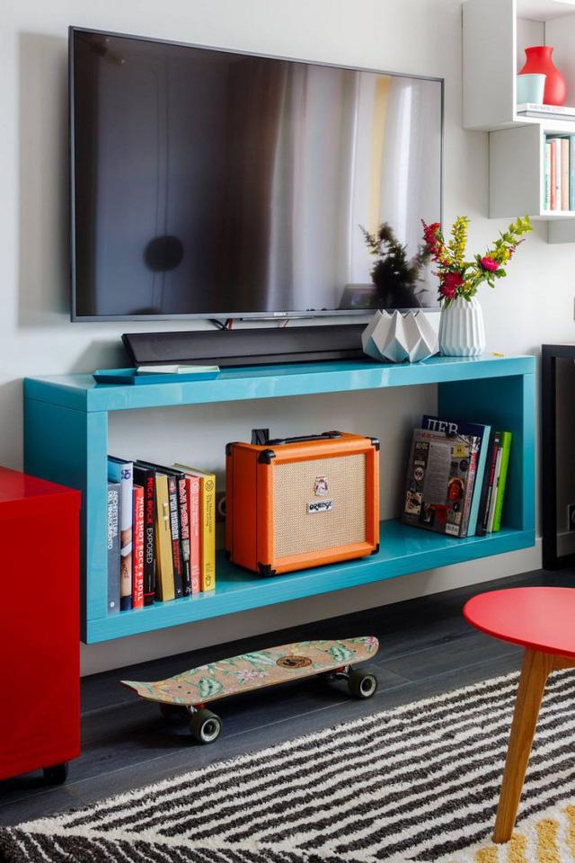 Điều này không những bảo đảm chức năng để đồ tiện nghi mà còn tiết kiệm tối đa diện tích cho không gian. Phòng khách nhỏ nhưng tươi tắn, bắt mắt với nhiều màu sắc.