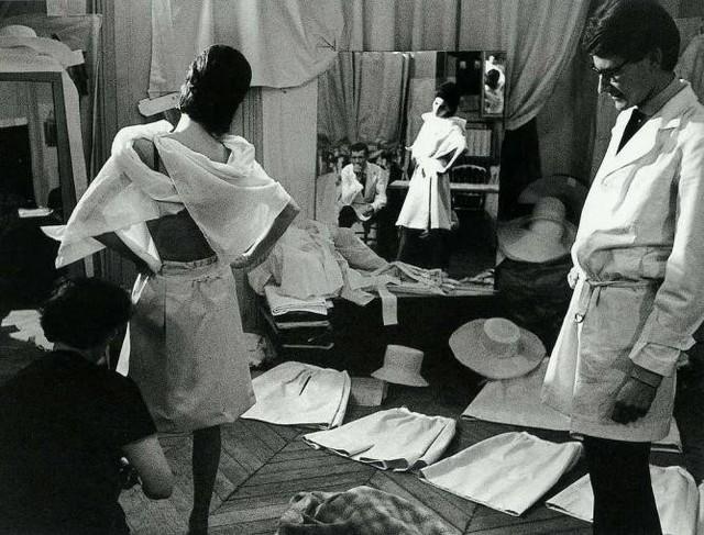 Nhà thiết kế huyền thoại Pháp - Yves Saint Laurent làm việc trong phòng thu.