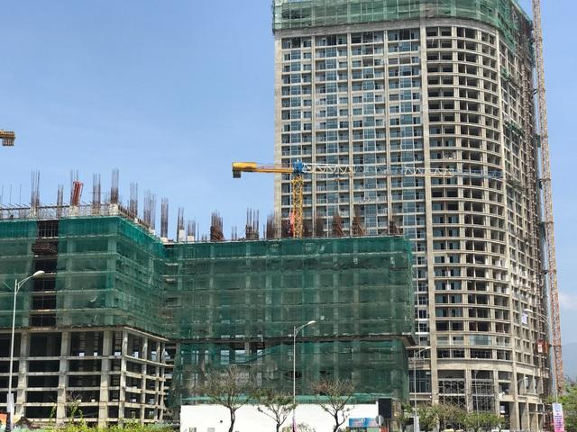 Dự án condotel Central Cosat đang xây đến tầng thứ 10, phía sau lưng là dự án Anphanam Luxury Apartmens với khoảng 600 căn hộ đang hoàn thiện phần thô.