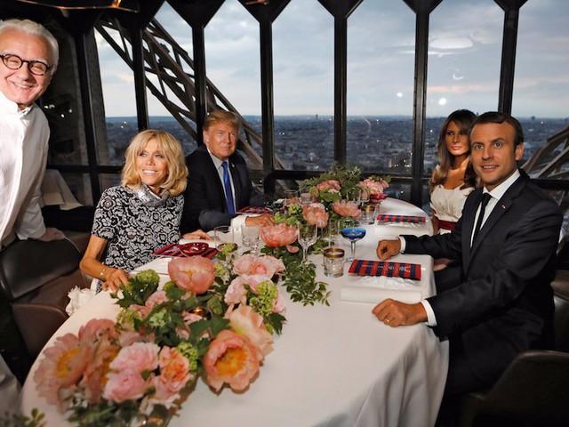 Bữa ăn giữa hai gia đình quyền lực bậc nhất thế giới diễn ra tại nhà hàng Jules Verne do đầu bếp lừng danh Alain Ducasse chế biến. Đây là bữa ăn mang tính chất cá nhân, với thực đơn 260 USD/người.