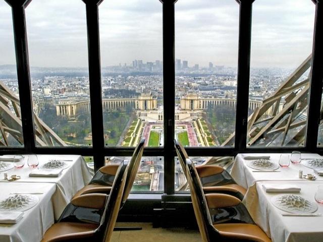 Điểm nhấn đầu tiên của Jules Verne chính là khung cảnh mà thực khách có thể quan sát qua những ô cửa bằng kính. Nằm trên tháp Eiffel, nhà hàng là một trong những nơi sang trọng và nổi tiếng bậc nhất ở Paris.