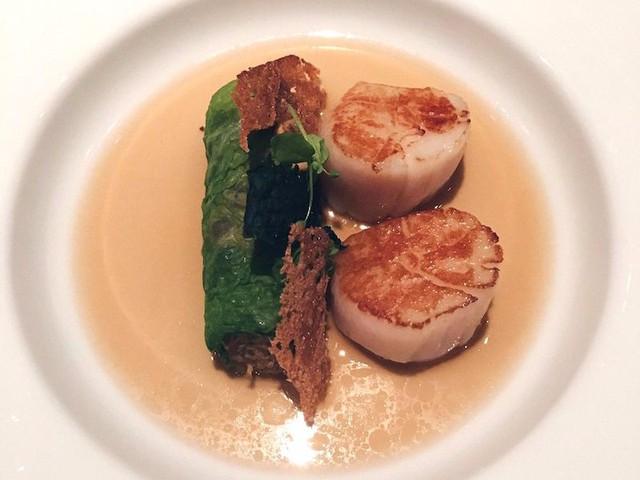 Món chính thường được đưa ra sau cùng. Khách dùng combo 5 món có thể chọn ăn cá hoặc thịt trong khi khách dùng combo 6 món được chọn giữa tôm hùm xanh nướng hoặc gà nướng say nhuyễn cùng đậu nành và gừng.