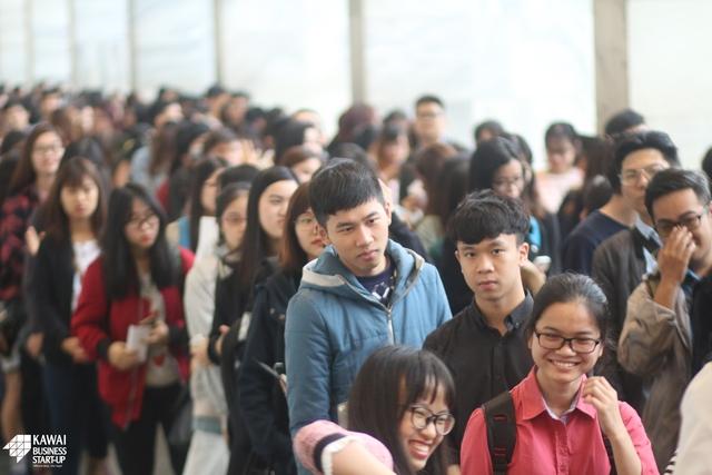 Check in: Dù còn 1 giờ nữa chương trình mới bắt đầu nhưng đã có 1 hàng dài những bạn sinh viên không quản ngại thời tiết xếp hàng chờ nhận vé xem Đêm Chung kết.