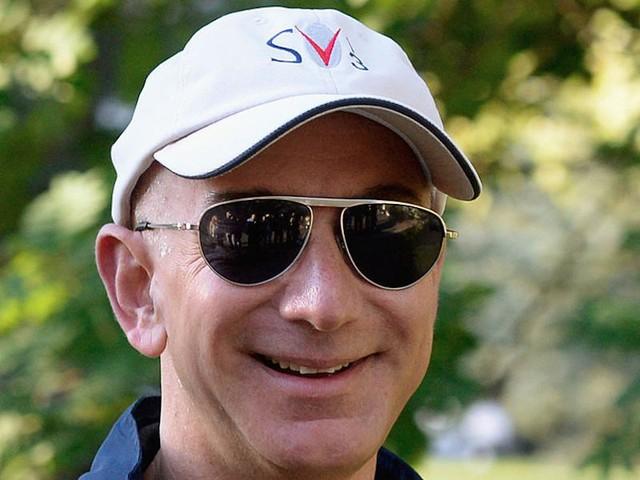 Bezos là một trong những tỷ phú tin rằng bạn không cần thiết phải thức dậy quá sớm. Ông thường tự thức dậy mỗi sáng mà không cần đến sự trợ giúp của đồng hồ báo thức.