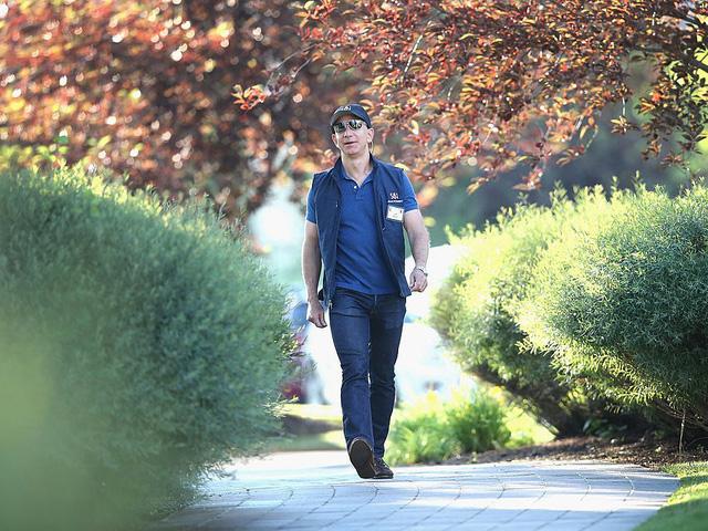 """Ngoài ra ông còn có niềm yêu thích đặc biệt với các xe thức ăn di động (food trucks). Trong một bài chia sẻ với Business Insider năm 2014, Bezos tiết lộ rằng có rất nhiều xe thức ăn di động ở bên ngoài trụ sở Amazon. """"Điều đó thực sự nằm ngoài tầm kiểm soát"""", ông hài hước chia sẻ."""