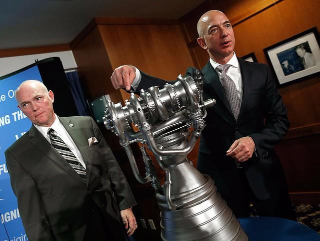 Ngoài ra ông còn có sở thích đặc biệt liên quan đến khám phá vũ trụ: Lướt đi trong một chiếc tàu ngầm tìm kiếm tên lửa NASA cũ. Ông thường dẫn các con cùng tham gia vào cuộc phiêu lưu này.
