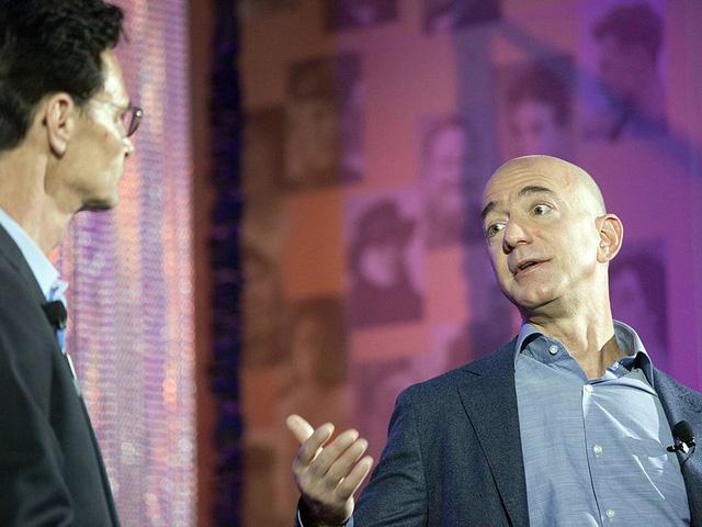 Bezos nổi tiếng là một người không thích họp hành. Mỗi năm ông chỉ có một cuộc họp kéo dài 6 tiếng với các nhà đầu tư Amazon.