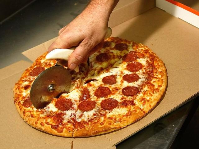 """Khi tham gia các cuộc họp, Bezos luôn đề cập đến nguyên tắc """"hai chiếc pizza"""" – nghĩa là không bao giờ tổ chức một cuộc họp mà hai chiếc pizza không đủ cho toàn bộ team."""