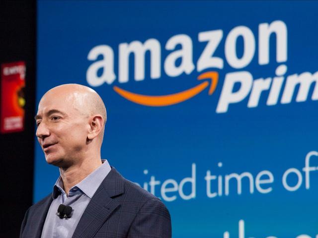 Bezos duy trì phong cách làm việc khá giản dị và ông cũng hưởng thụ những đãi ngộ của Amazon như massage và ăn trưa miễn phí giống mọi nhân viên bình thường khác.