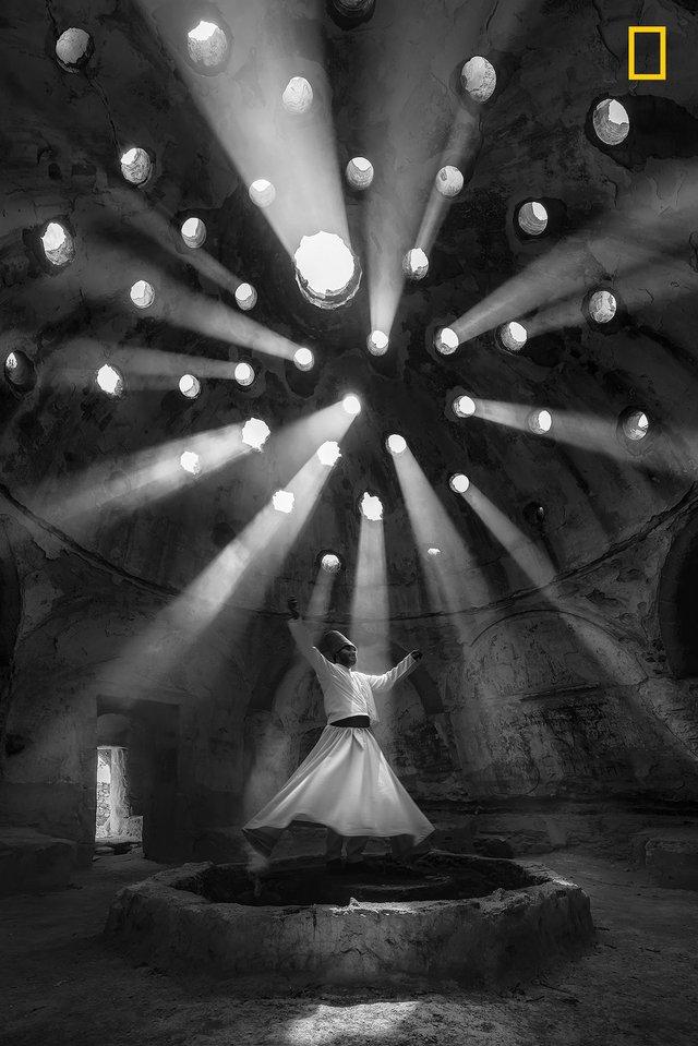 Workship của F. Dilek Uyar, bức ảnh chụp nghi lễ tôn giáo của nền văn hóa Mevlevi ở Konya, Thổ Nhĩ Kỳ, giành giải nhất cho thể loại ảnh Con người.