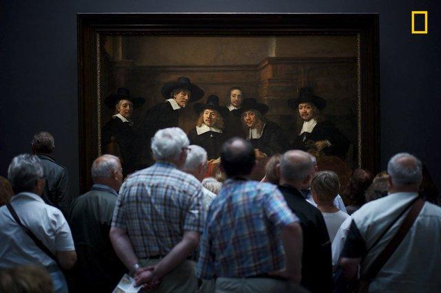 Interesting Moment. của Julius Y, bức ảnh chụp đám đông khách tham quan bảo tàng đứng trước bức tranh nổi tiếng – nơi người trong tranh và ngoài đời dường như đang đối diện với nhau, giành vị trí thứ 2.