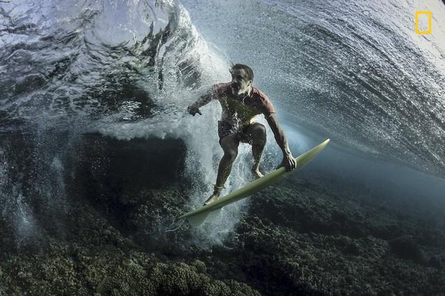 Under the Wave của Rodney Bursiel, bức ảnh chụp một người lướt sóng ở Tavarua, Fiji giành vị trí thứ 3.
