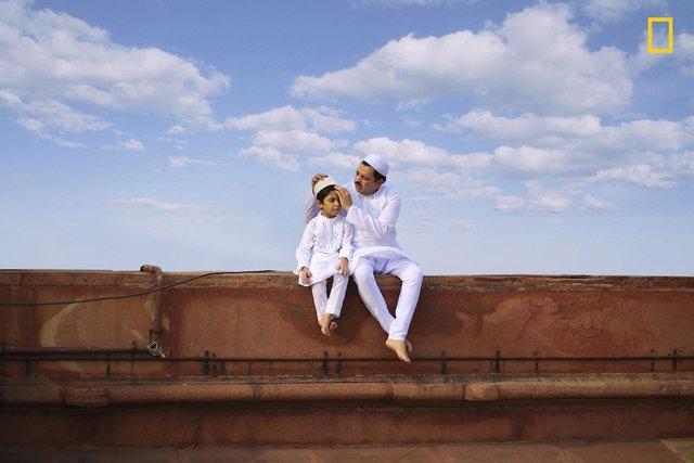 Bridging Generation của Jobit George, bức ảnh đẹp chụp hai cha con một cậu bé ở Thánh đường tại New Delhi, Ấn Độ, giành giải khuyến khích.