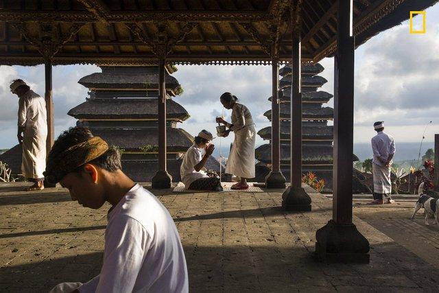 Blessings at Besakih của Michael Dean Morgan, bức ảnh chụp những người hành lễ ở Đền Besakih, Bali, Indonesia, giành giải khuyến khích.