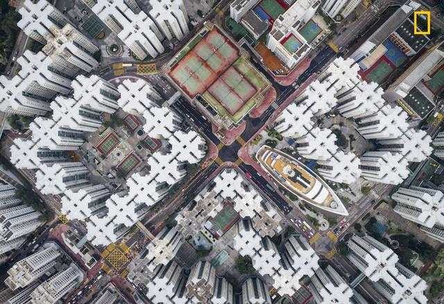 Walled City #08 của Andy Yeung, bức ảnh đoạt giải nhì của thể lệ này chụp khu phố Kowloon Walled ở Hồng Kông, Trung Quốc từ trên cao.