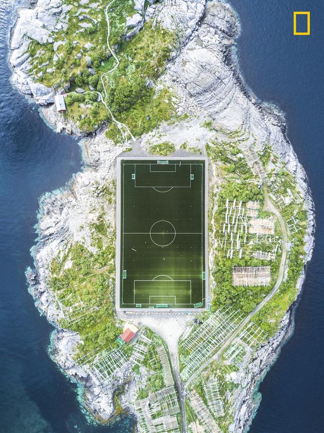 Henningsvær Football Field của Misha De-Stroyev, bức ảnh chụp sân bóng đá nằm trên quần đảo Lofoten, Na Uy, giành giải 3 của thể loại này.