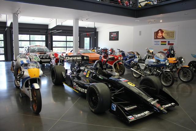 Khi bước vào bảo tàng của Alan Wilzig, mọi người sẽ bị choáng ngợp bởi hàng loạt những chiếc xe ô tô, xe máy hiếm có trên thế giới.