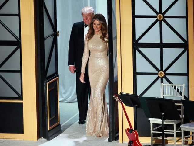 Trước đó, phu nhân Melania từng xuất hiện với chiếc váy đuôi cá chất liệu seqiun màu vàng sang trọng tại buổi tiệc chiêu đãi cùng chồng, hôm 19/1.