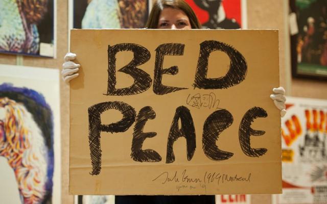 Tấm áp phích cổ động phong trào Bed-in for Peace (tạm dịch Nằm vì hòa bình) của vợ chồng nghệ sỹ âm nhạc tài hoa John Lennon được mua với mức giá kỷ lục 154.628 USD.