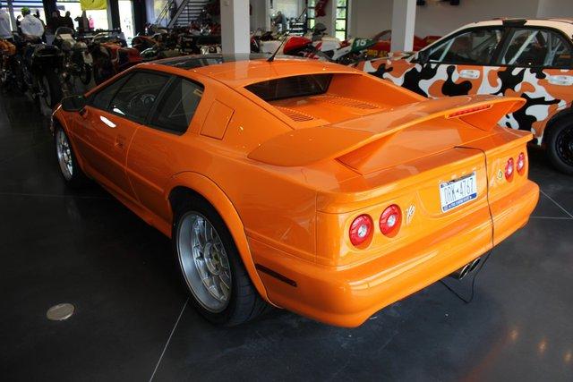 Chiếc xe Lotus Esprit 2004, phiên bản cuối cùng được sản xuất cũng có mặt trong bộ sưu tập của Wilzig.