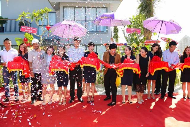 Bà Nguyễn Ngọc Tiền giám đốc GIS- thứ 4 từ trái qua- cắt băng khánh thành với nghệ sĩ Trường Giang.