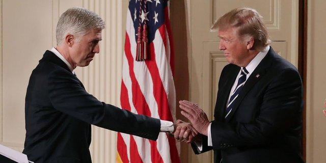 Ông Trump bắt tay Neil Gorsuch, ứng viên Thẩm phán Tòa Tối cao của Mỹ.