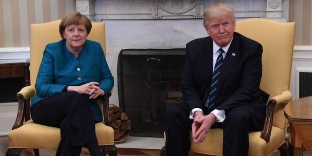 Tổng thống Mỹ từ chối bắt tay Thủ tướng Đức tại Phòng Bầu Dục.