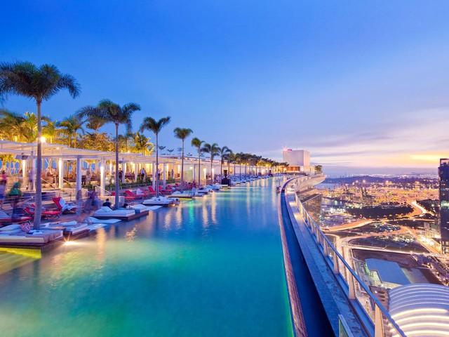 Bể bơi ngoài trời dài 150m nối liền 3 tòa nhà có tầm nhìn bao quát cả vùng vịnh và thành phố.