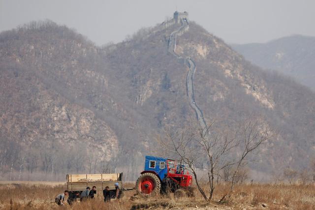 Tuy nhiên, có sự khác biệt rõ rệt với cuộc sống người dân ở hai bên biên giới. Về phía Triều Tiên, phần lớn biên giới là vùng hoang vu, lác đác có những thị trấn nhỏ.