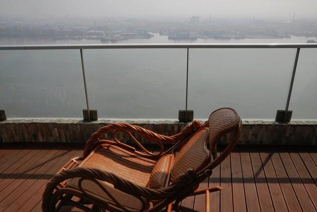 Đan Đông là thành phố nằm ở hạ lưu sông Yalu, được đầu tư mạnh về cơ sở hạ tầng và dân cư hơn 2 triệu người. Nó có những trung tâm thương mại, rạp chiếu phim hay những căn hộ cao cấp nhìn thẳng sang thành phố Sinuiju của Triều Tiên.