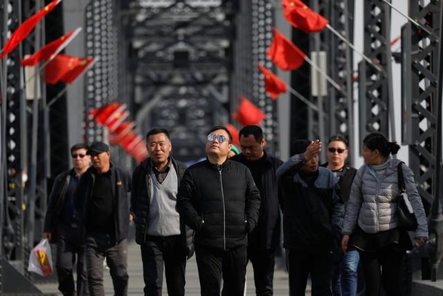 Nhiều du khách cũng chọn các tour tham quan tới khu vực này. Một trong số đó là những gì còn lại của cây cầu từng bị Không quân Mỹ đánh sập trong Chiến tranh Triều Tiên.