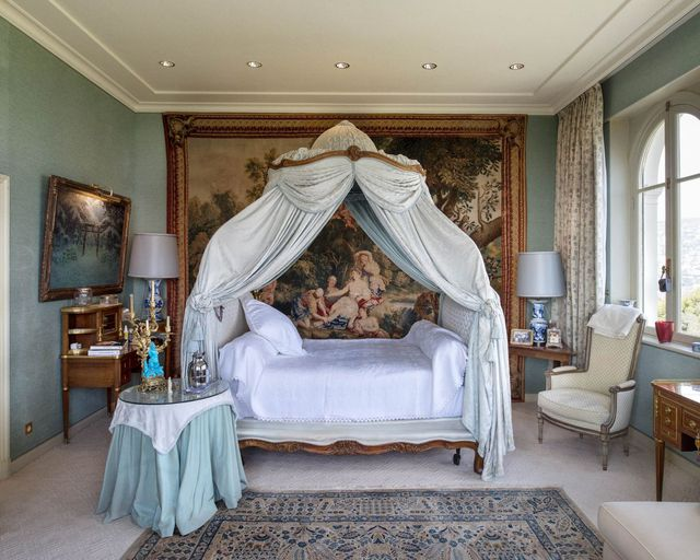 Khung cảnh bên trong một phòng ngủ của công trình. Nó vẫn mang trong mình phong cách cũ.