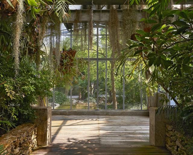 Nhiều loại cây cũng được trồng trong khuôn viên của công trình. Người ta ước tính có tới 14.000 cây được trồng trong khu vườn.