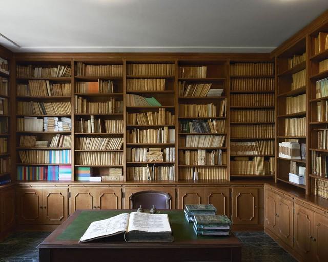 Thư viện với 3.000 cuốn sách nằm trên những giá gỗ.