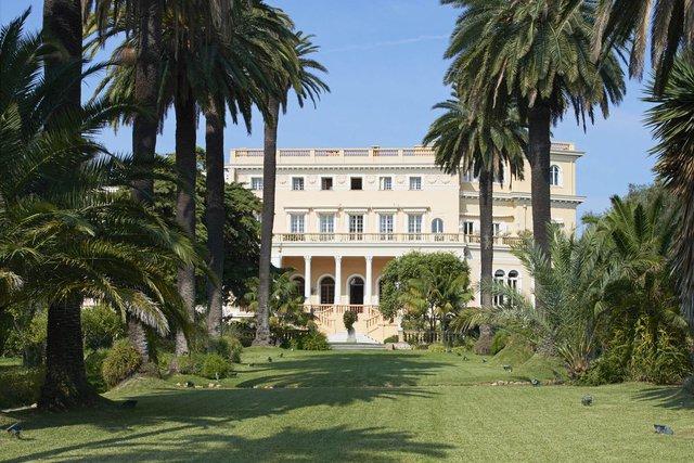 Biệt thự Les Cèdres được xây dựng năm 1830 và được mua năm 1850 bởi Thị trưởng khu vực, người biến nó thành một nông trang trồng cây ô liu. Năm 1904, nó được bán cho Vua Bỉ Leopold II, người trở nên giàu có bằng các hoạt động khai thác khoáng sản và trồng đồn điền cao su ở vùng đất nay là Cộng hòa Dân chủ Congo. Ông cũng là người trồng khu vườn tuyệt đẹp xung quanh khu biệt thự.