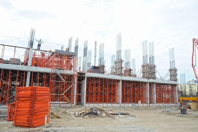 Toàn cảnh trên công trường thi công dự án nhà ở vừa túi tiền Him Lam Phú An ở quận 9. Hiện dự án đang được thi công đổ sàn tầng thứ 2
