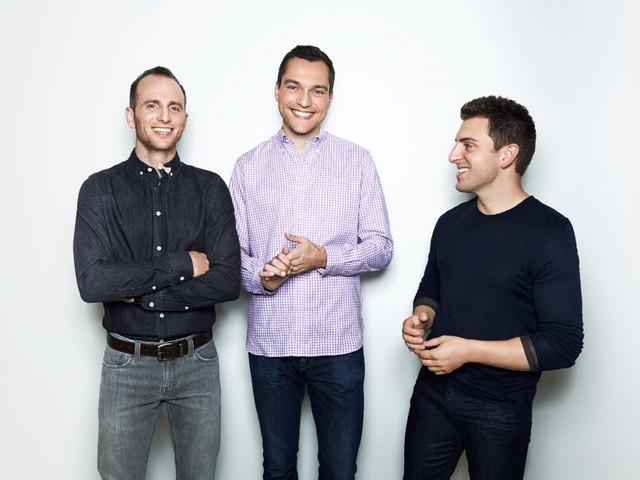 Brian Chesky và hai người bạn đồng hành khởi nghiệp Airbnb, cung cấp dịch vụ đặt phòng trực tuyến.