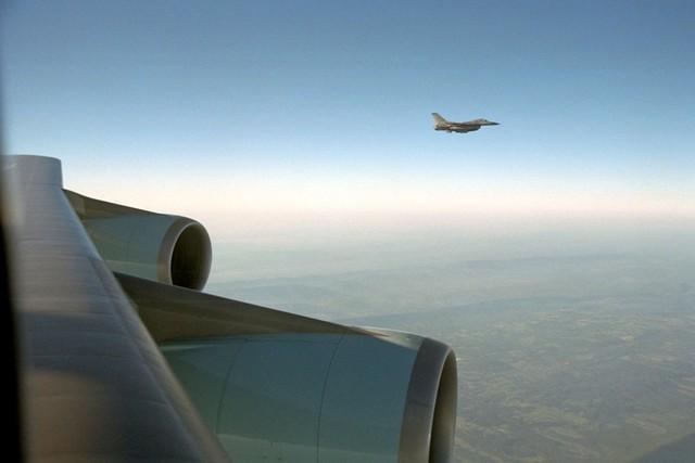 Chiến đấu cơ F-16 được điều tháp tùng Air Force One.