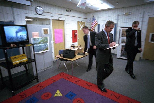 Tổng thống Bush tranh thủ ghi lại một số gì ông nghe thấy trên bản tin về vụ khủng bố Trung tâm Thương mại Thế giới.