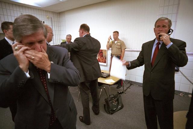 Tổng thống Bush ngay lập tức gọi điện cho Thị trưởng New York George Pataki, Giám đốc FBI Robert Mueller và Phó Tổng thống Dick Cheney về vụ khủng bố. Chánh văn phòng Nhà Trắng Andy Card đang sử dụng tel di động.