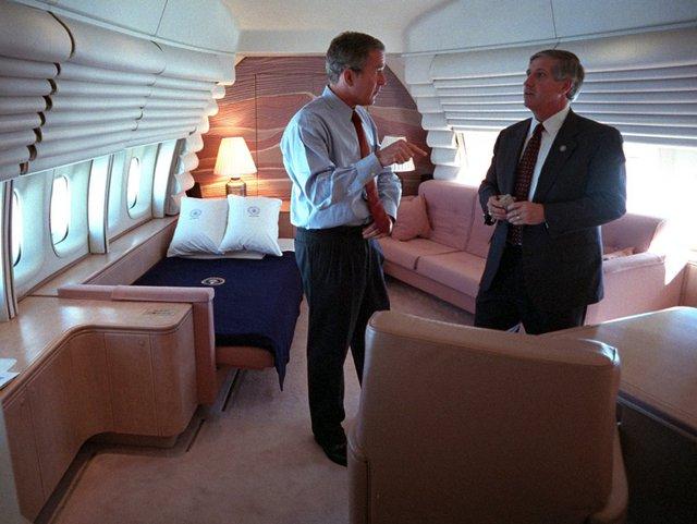 Cuộc gặp giữa ông Bush và Chánh văn phòng Nhà Trắng Andy Card diễn ra ngay trong phòng nghỉ của Tổng thống trên chuyên cơ.