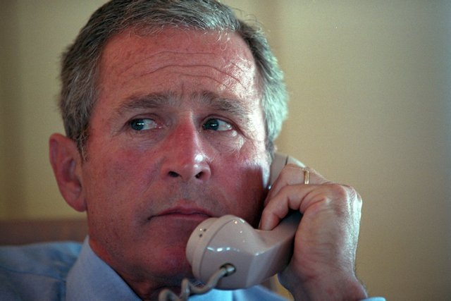 Ông Bush vẫn duy trì liên hệ có một số thuộc cấp từ trên Air Force One trên hành trình từ Sarasota về căn cứ không quân Barksdale.