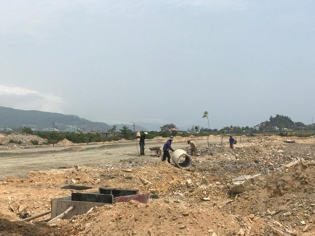 Khu C đang được xây dựng đường giao thông nội bộ.