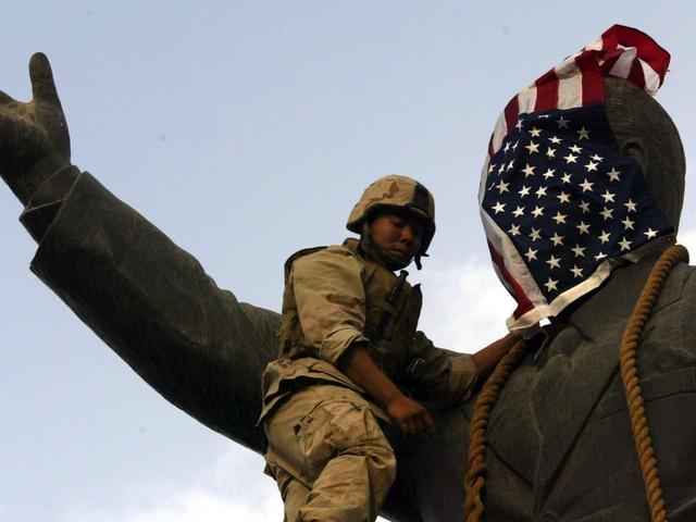 Năm 2003, cá heo tiếp tục được Mỹ sử dụng để dọn dẹp khu vực Vịnh Ba Tư trước khi tấn công Iraq, dẫn tới sự sụp đổ của chính quyền Saddam Hussein.