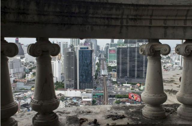 Sathorn Unique bị bỏ hoang từ năm 1997, thời điểm Khủng hoảng tài chính châu Á nổ ra. 20 năm sau, công trình cao 47 tầng này vẫn bị bỏ mặc cho mưa nắng tàn phá dù kinh tế khu vực phục hồi mạnh mẽ.