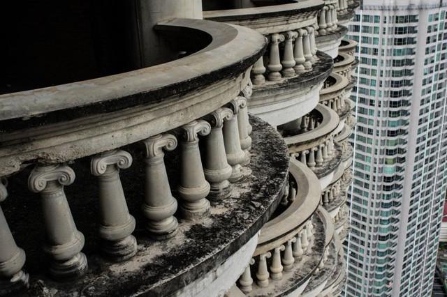 Dấu tích thời gian trên phần lan can được thiết kế kỳ công của tòa tháp. Nằm giữa lòng thủ đô Bangkok, công trình được thiết kế với cảm hứng từ kiến trúc truyền thống của Thái Lan. Tuy nhiên, nó chưa bao giờ được hoàn thiện.