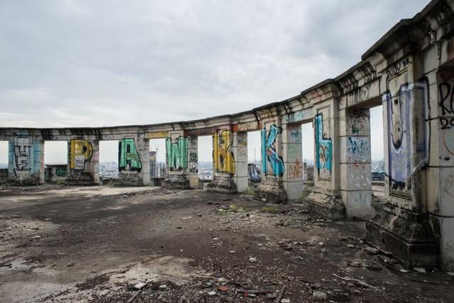 Bị bỏ hoang suốt 2 thập kỷ, công trình hoành tráng biến thành nơi giải trí cho những thanh niên trong khu vực.